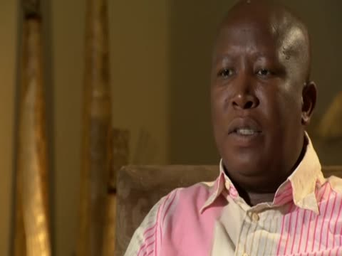 south african firebrand politician julius malema explains what he means by making the mines ungovernable - jugendmannschaft stock-videos und b-roll-filmmaterial