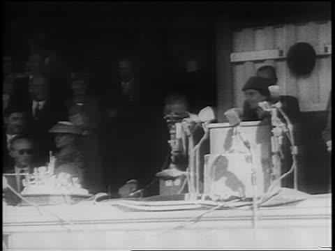 vidéos et rushes de south african prime minister hendrik verwoerd approaching podium outdoors / newsreel - apartheid