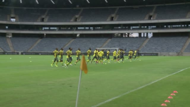 stockvideo's en b-roll-footage met south africas football team train in johannesburg ahead of the ahead of the africa cup of nations which begins in equatorial guinea on the 17 january - gauteng provincie