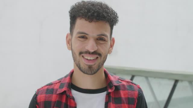 vídeos de stock e filmes b-roll de south american smiling young man video portrait - latin american and hispanic ethnicity