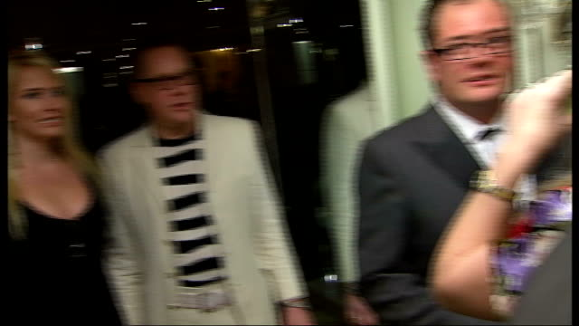 vídeos de stock, filmes e b-roll de south bank show awards: arrivals; more of guests chatting and drinking champagne, including alan carr, vic reeves with his wife nancy sorrell - vic reeves