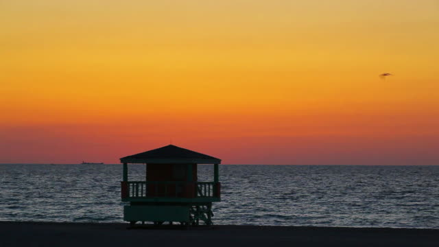 vídeos de stock e filmes b-roll de south beach amanhecer - cabana estrutura construída