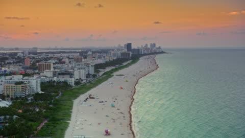 vídeos y material grabado en eventos de stock de aerial south beach en miami, fl al atardecer - miami