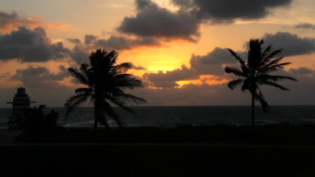 サウスビーチのライフガードハウス - アールデコ地区点の映像素材/bロール