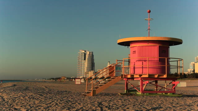 サウスビーチのライフガードハッツ - アールデコ地区点の映像素材/bロール