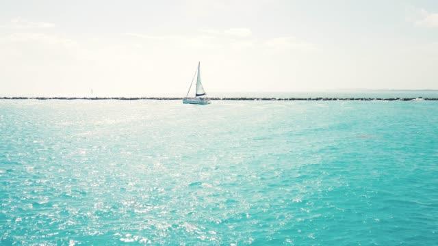 サウスビーチマイアミ-ヨットと夏を楽しむ - アールデコ点の映像素材/bロール