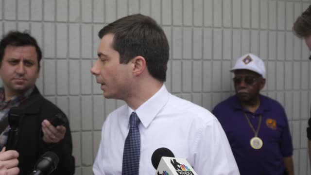 vídeos de stock, filmes e b-roll de south bend indiana mayor pete buttigieg who is running as a democrat for president of the united states answers questions from the traveling press... - primary election