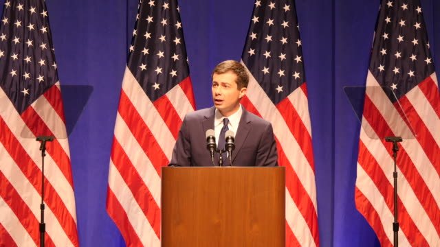 vídeos de stock, filmes e b-roll de south bend mayor pete buttigieg who is running for the democratic nomination for president of the united states gives a speech about foreign policy... - bloomington indiana