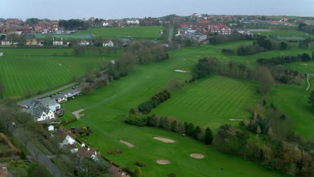 vídeos de stock, filmes e b-roll de south cliff golf club & college playing fields scarborough, north yorkshire, england - scarborough norte de yorkshire
