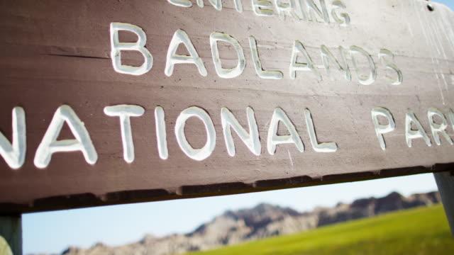 south dakota badlands national park sign landscape buttes - south dakota stock-videos und b-roll-filmmaterial