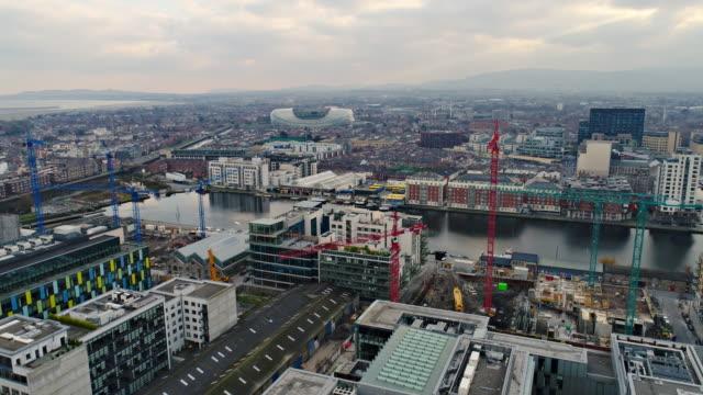 vidéos et rushes de zone sud de dublin avec grues - irlande
