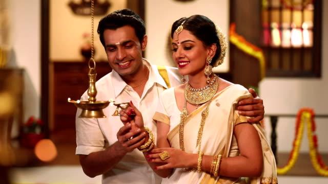 vidéos et rushes de south indian couple celebrating diwali festival, delhi, india - rouge à lèvres rouge