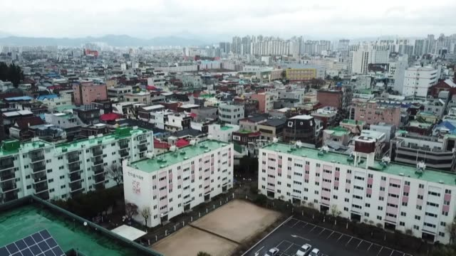 vídeos y material grabado en eventos de stock de south korea has one of the highest rates of coronavirus infections outside of china with the majority of cases occurring in the city of daegu - corea del sur