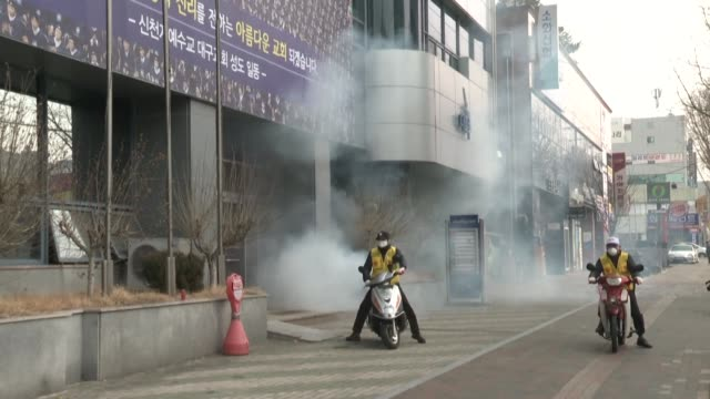 vídeos y material grabado en eventos de stock de south korea reported two additional deaths from coronavirus and 123 more cases sunday taking the nationwide total to 556 with nearly two thirds of... - corea del sur