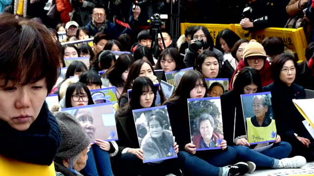 vidéos et rushes de south korean civic group supporting women forced into wartime japanese military brothels said wednesday it plans to start a movement to erect both... - coréen