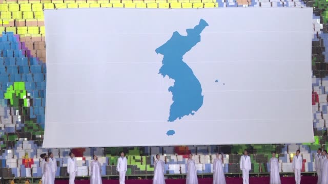 south korean delegation watches the north's mass games propaganda display in pyongyang on friday evening as the two koreas mark the anniversary of a... - roh moo hyun stock videos & royalty-free footage