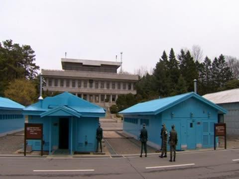 south korean guards stand at the north-south korean border. - 朝鮮半島点の映像素材/bロール