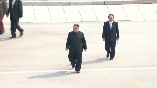 vídeos y material grabado en eventos de stock de south korean president moon jaein and north korean leader kim jong un attend the official welcome ceremony ahead of the interkorean summit on april... - corea