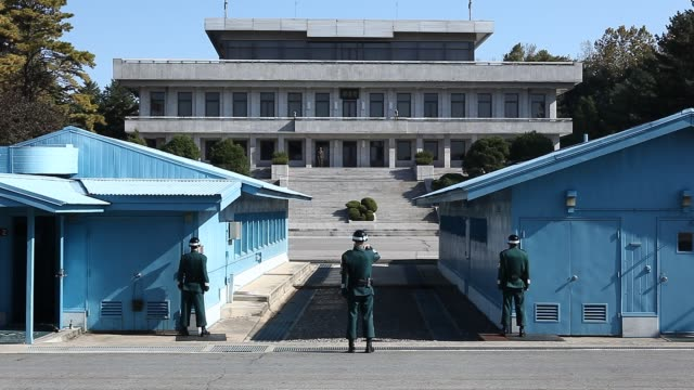 vidéos et rushes de south korean side of the joint security area in the demilitarized zone at panmunjom north korean soldiers watch from the other side - coréen