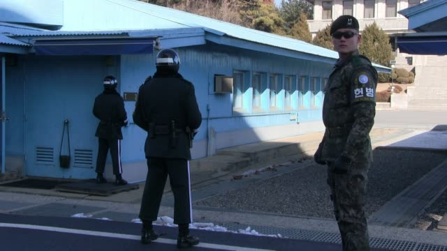 south korean soldiers stand guard outside the joint security area & armistice commission conference room at the southern side of the truce village of... - 朝鮮半島点の映像素材/bロール