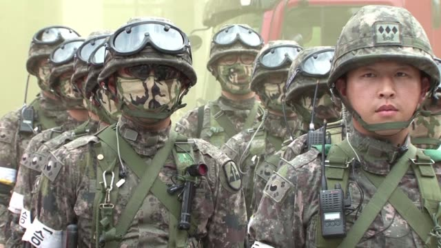 south korean troops participate in a drill as part of joint military exercises with the us amid escalating tensions with north korea with pyongyang... - südkorea stock-videos und b-roll-filmmaterial