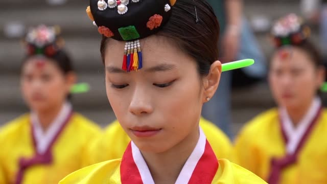 stockvideo's en b-roll-footage met south koreans and foreigners who are or will turn 19 years old this year participate in a traditional coming of age ceremony in seoul - koreaanse etniciteit