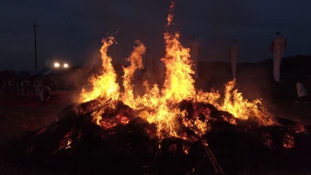 south koreans gather around a bonfire during the daeboreum festival, a south korean folk game amid the coronavirus pandemic on february 26 in... - korean new year stock-videos und b-roll-filmmaterial