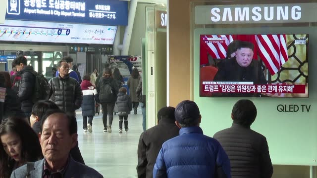 south koreans watch news about trumpkim summit on tv at seoul station as the north korean leader and us president meet for a second day of talks in... - g8:s toppmöte bildbanksvideor och videomaterial från bakom kulisserna