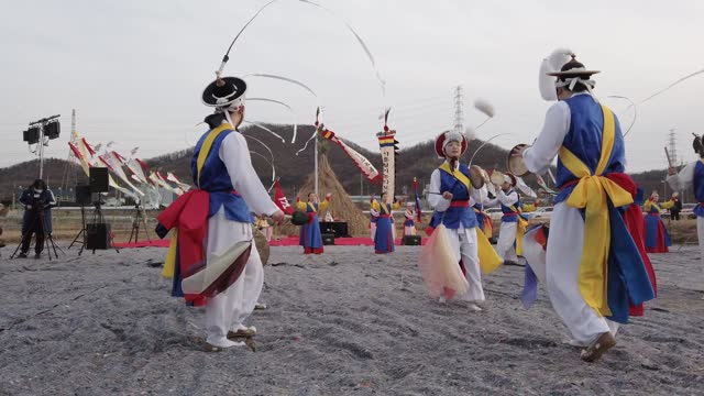 south koreans wear traditional cloths perform during daeboreum festival, a south korean folk game amid the coronavirus pandemic on february 26 in... - korean new year stock-videos und b-roll-filmmaterial