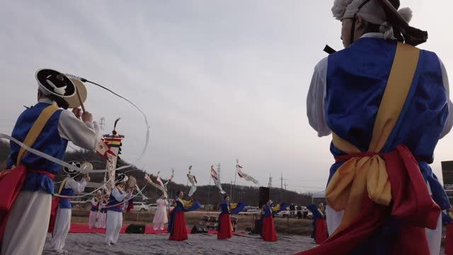 south koreans wear traditional cloths perform during daeboreum festival, a south korean folk game amid the coronavirus pandemic on february 26 in... - game show bildbanksvideor och videomaterial från bakom kulisserna