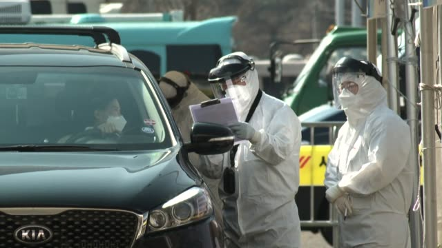 south koreans who suspect they have symptoms of the deadly coronavirus can now get tested at a drive thru centre where they can go do the procedure... - coreano video stock e b–roll