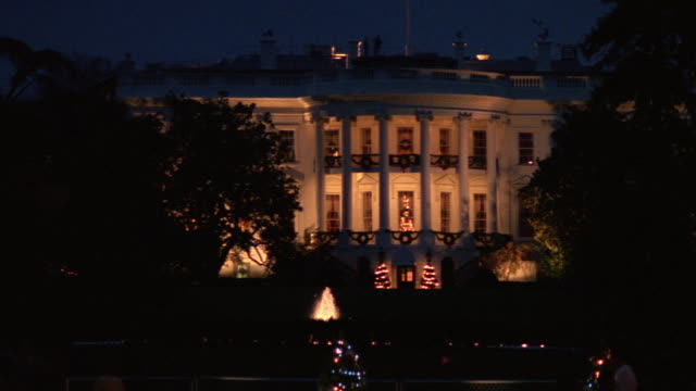 ms south lawn of white house and national christmas tree / washington d.c., united states - la casa bianca washington dc video stock e b–roll