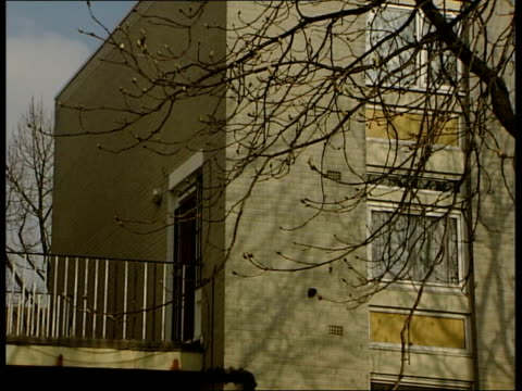 vídeos y material grabado en eventos de stock de gvs block of flats where home was raided by police and crck cocaine seized - jamaiquino