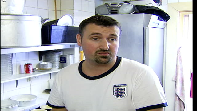 vídeos de stock e filmes b-roll de south london pie and mash shop closes after a century in business; goddards pie shop worker stacking pies onto a tray as turns round kane goddard... - pie humano