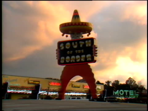 south of the border sign in dillion south carolina - straßenrand stock-videos und b-roll-filmmaterial