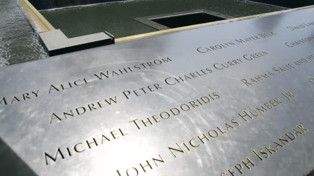 vídeos de stock e filmes b-roll de south pool waterfall at the world trade centre memorial in manhattan, new york, also know as the 9/11 memorial - world trade centre manhattan