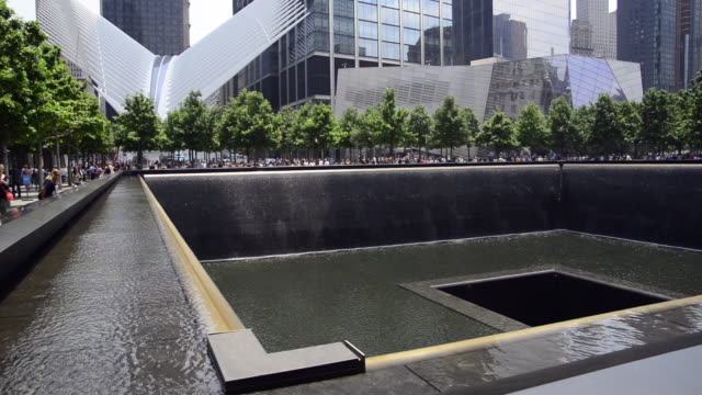 vidéos et rushes de south pool waterfall at the world trade centre memorial in manhattan, new york, also know as the 9/11 memorial - mémorial