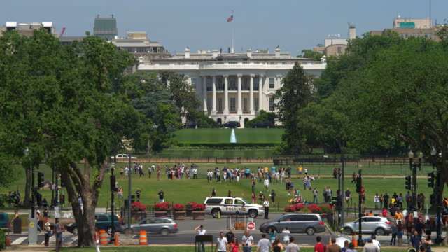 south portico of the white house with people and traffic foreground. shot in 2012. - 2010年代点の映像素材/bロール