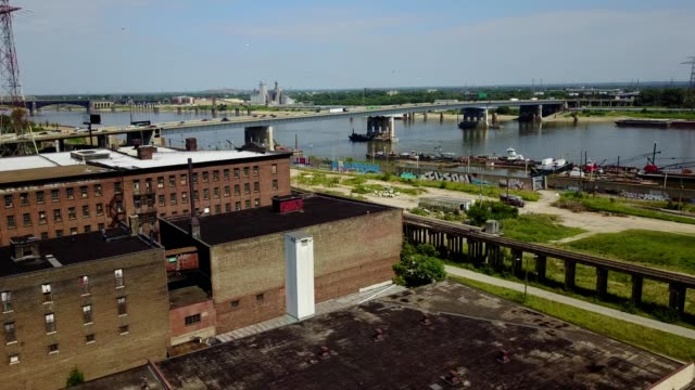 stockvideo's en b-roll-footage met south saint louis abandoned manufacturing - st. louis