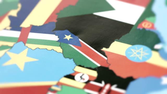 vídeos de stock e filmes b-roll de south sudan borders with national flag on world map - etiópia ouro