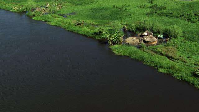south sudan : homes near the nil - 村点の映像素材/bロール