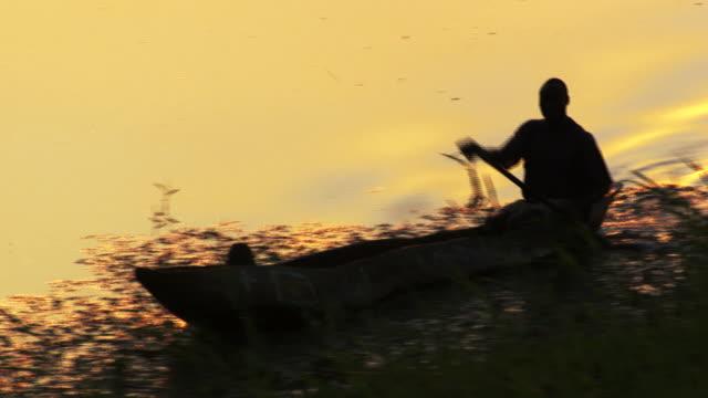vidéos et rushes de south sudan :  pirogue on the nil - pêche activité de plein air