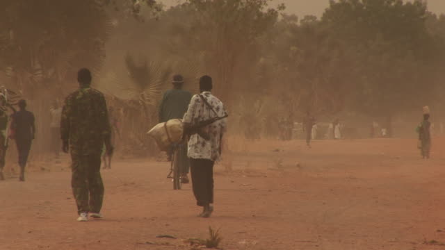 vidéos et rushes de south sudan red dusty streets - guerre