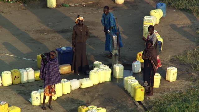 vídeos de stock, filmes e b-roll de south sudan : water in village - sudão