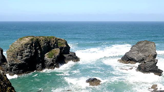 vídeos y material grabado en eventos de stock de ruta costera del sur oeste, cornwall, inglaterra. vista panorámica. - pared de roca