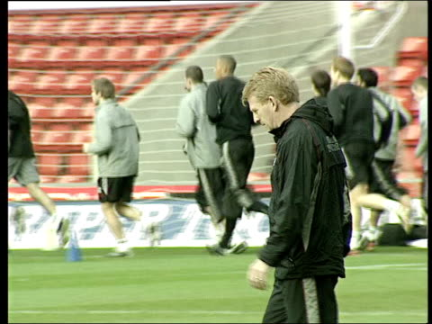 southampton manager strachan to stand down itn hampshire southampton st mary's stadium southampton manager gordon strachan at training session - ゴードン ストラハン点の映像素材/bロール