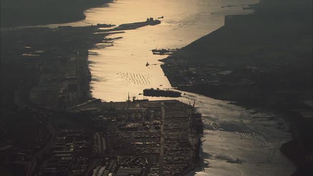 aerial southampton port at sunset / hampshire, united kingdom - イングランド サウサンプトン点の映像素材/bロール