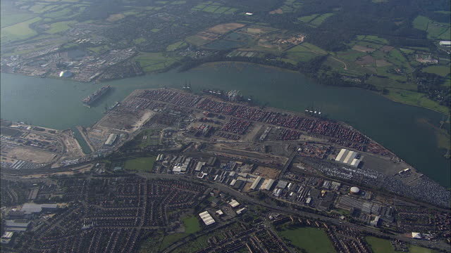 aerial southampton port / hampshire, united kingdom - イングランド サウサンプトン点の映像素材/bロール