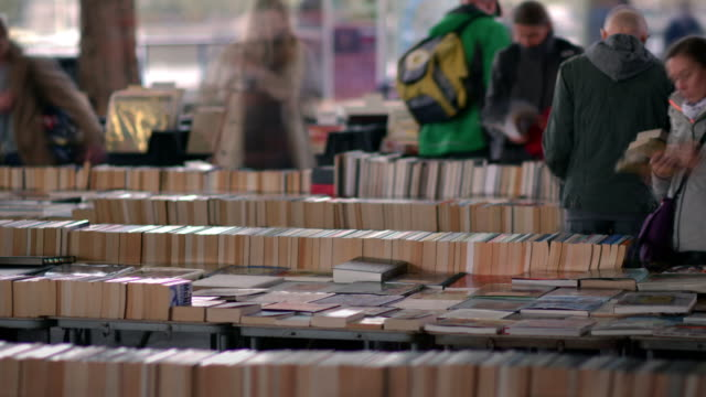vídeos de stock, filmes e b-roll de t/l southbank book market under waterloo bridge tilt up - romance