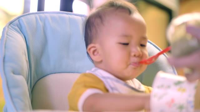 東南アジア: 自宅に彼女の息子を給餌 - 生後18ヶ月から23ヶ月点の映像素材/bロール